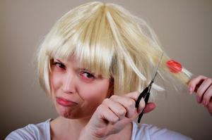 Как удалить жвачку из волос?