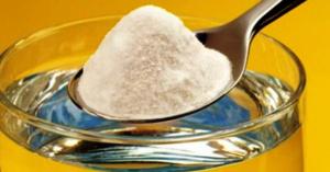 Сода нарушает молекулярные связи резиновой основы