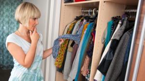 Регулярно проводите уборку в шкафу и правильно храните вещи