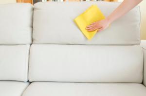 Для дивана из кожи подходят средства с содержанием спирта