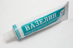 Вазелин - одно из популярных средств для ухода за кожей
