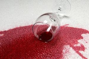 Чем вывести пятно от вина