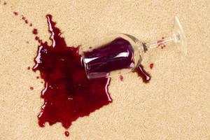 Красное вино на ткани как удалить