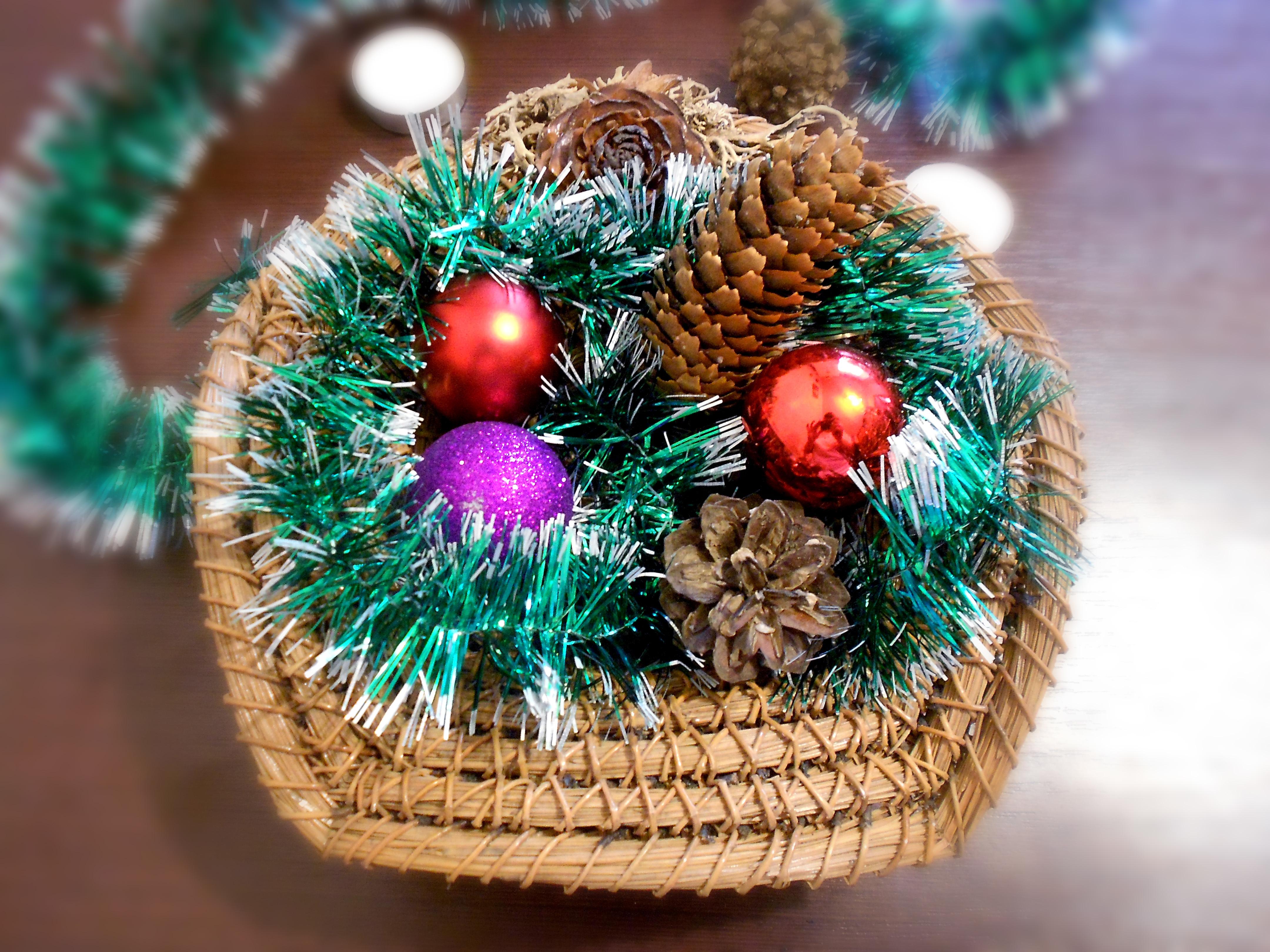 Новогодняя икебана для декора из мишуры и шишек