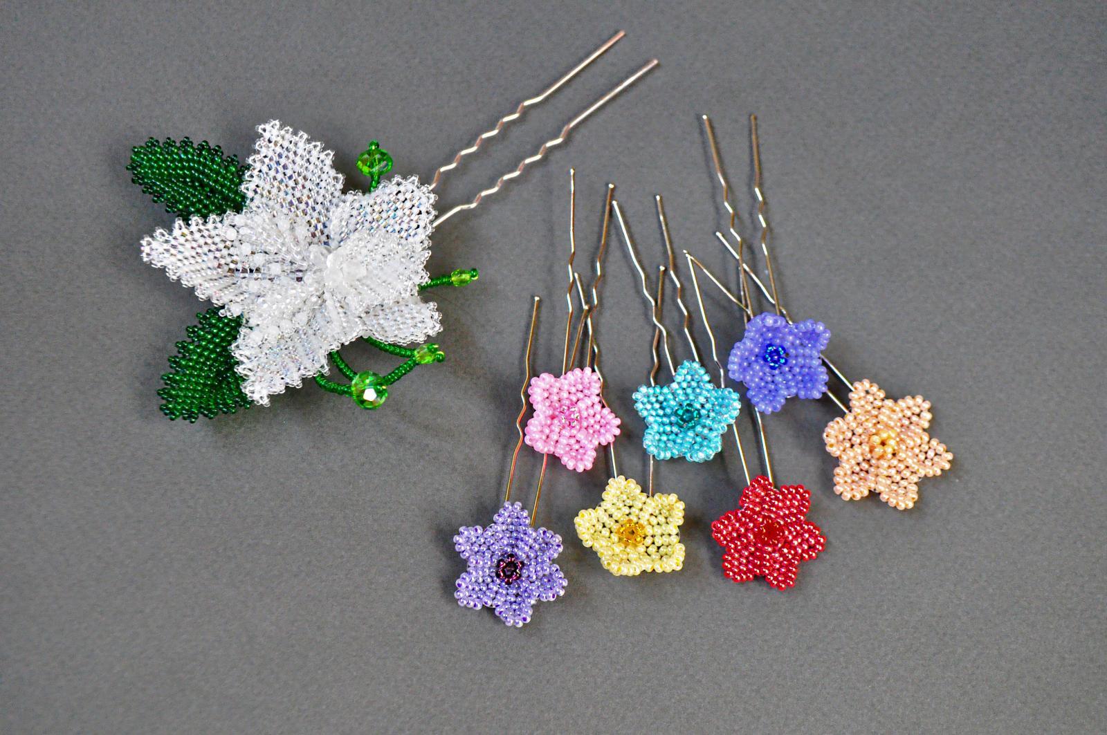 Плетеные цветочки из бисера и бусин