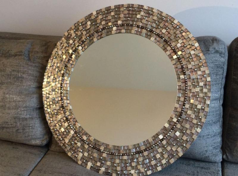 Круглое зеркало с коричневой рамой