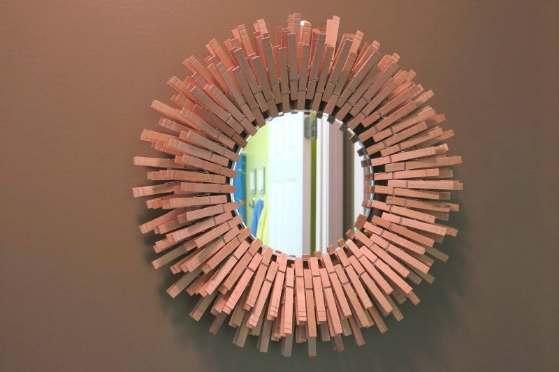 Декор рамы зеркала прищепками